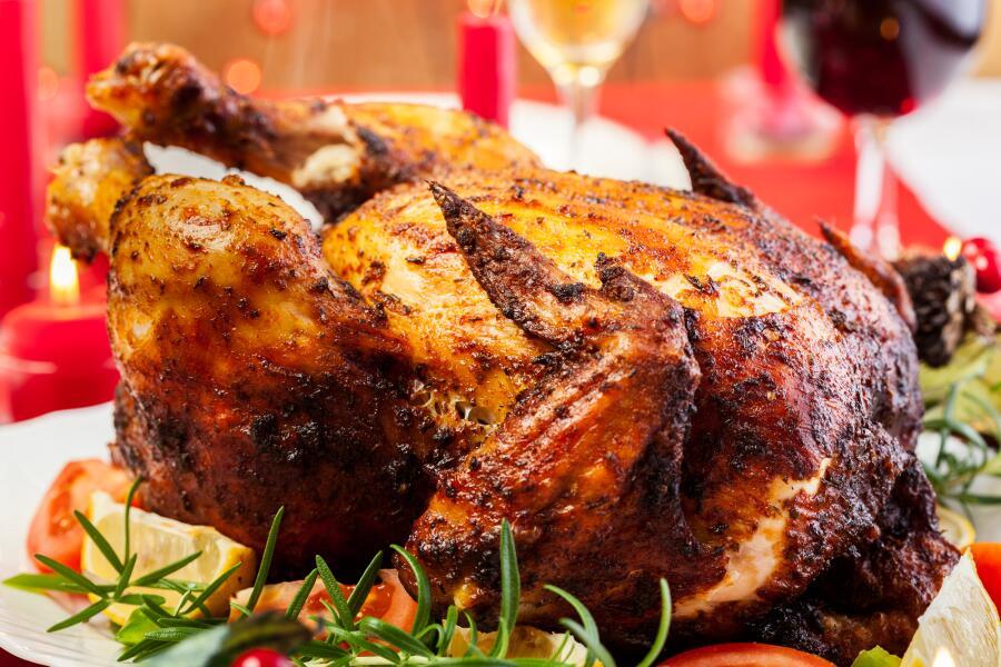 Как запечь курицу в духовке целиком под разными соусами?