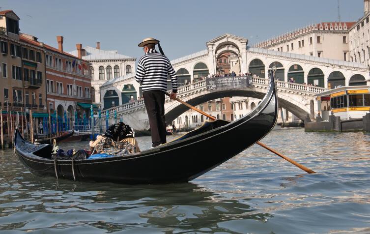 Лодки Венеции: чем сандола отличается от гондолы?