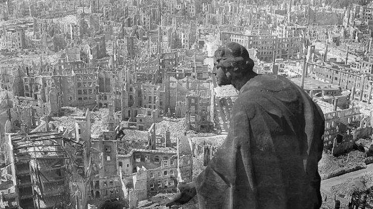 Руины Дрездена после союзных бомбардировок. Скульптура «Добро»
