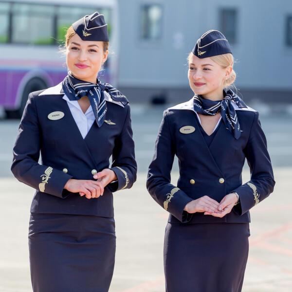 Почему стюардессы часто держат руки за спиной?