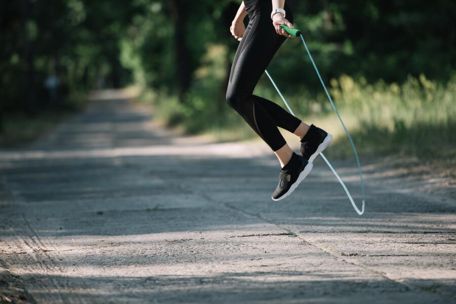Какие упражнения полезно выполнять со скакалкой?