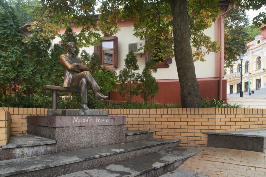 Памятник Михаилу Булгакову  в городе Киеве на Андреевском спуске