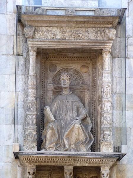 Памятник Плинию Старшему в Комо. XV век