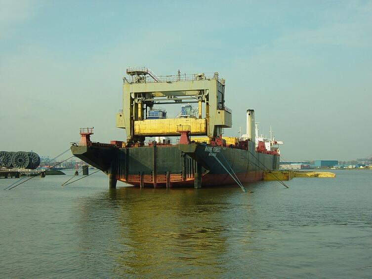 Лихтеровоз с крановым типом погрузки, порт Роттердама