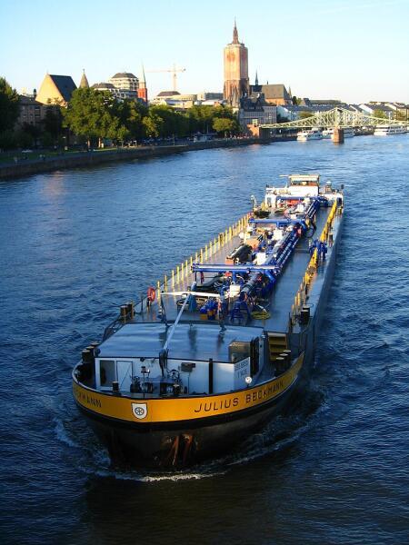 Речной танкер на река Майн