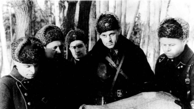 Командующий 16-й армией генерал-лейтенант К.К. Рокоссовский со своим штабом в районе Истры