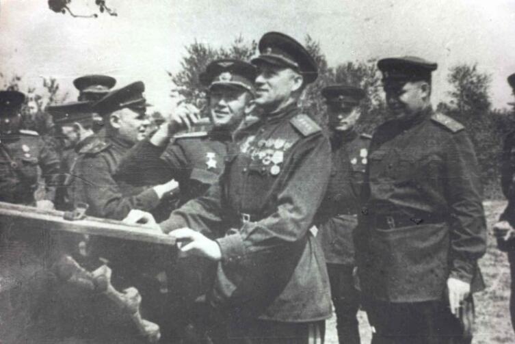 Генерал армии К.К. Рокоссовский осматривает немецкий тяжелый танк Pz.Kpfw. VI «Тигр», подбитый артиллеристами 307-й дивизии под Понырями в июле 1943 года