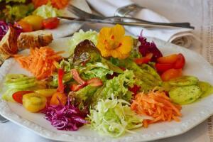 Гости сами выбирают себе ингредиенты из салат-бара...