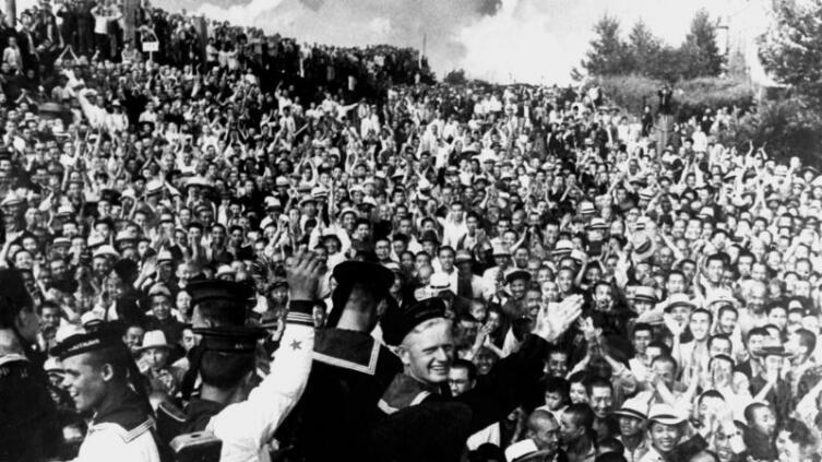 Население Маньчжурии встречает советских военнослужащих. Появление советских войск означало конец существовавшего здесь государства Маньчжоу-го, образованного и контролировавшегося Японией