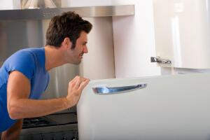Как избавиться от запаха в холодильнике?