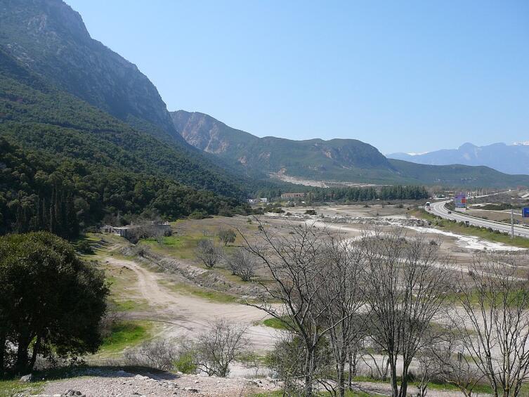 Вид на Фермопильский перевал с участка Фокийской стены. В древние времена береговая линия была бы гораздо ближе к горе, рядом с дорогой справа