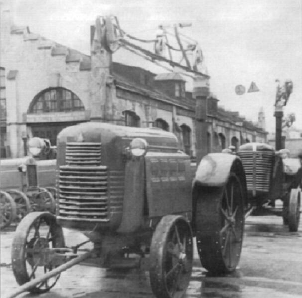 Опытные тракторы на территории завода. На заднем плане слева видны серийные тракторы СХТЗ