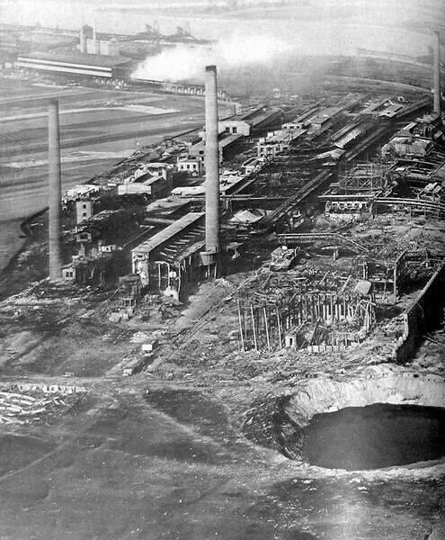 Воронка после взрыва на заводе BASF в Оппау. 1921 г.