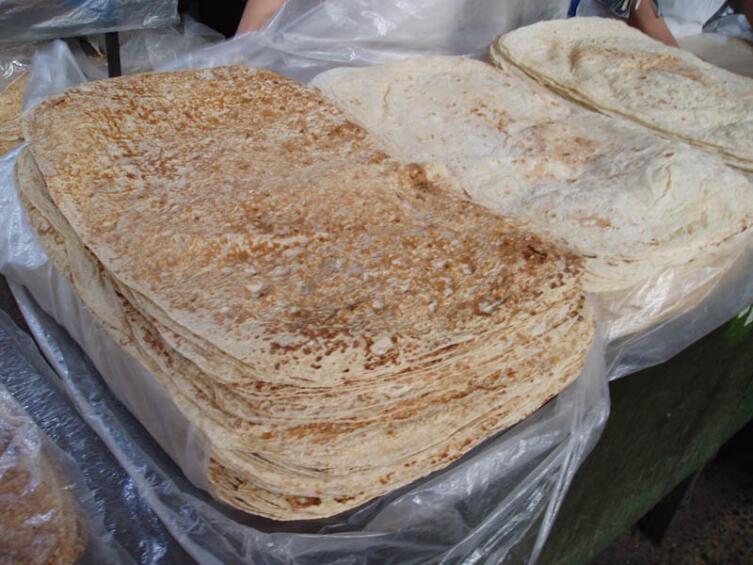 Различные варианты лаваша, продающиеся на Ереванском рынке