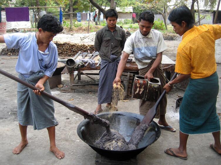 Мьянма. Мужчины за работой