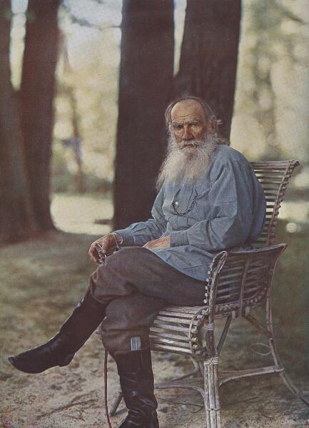 Цветной фотографический портрет Л. Н. Толстого в Ясной Поляне, созданный С. М. Прокудиным-Горским в мае 1908 года