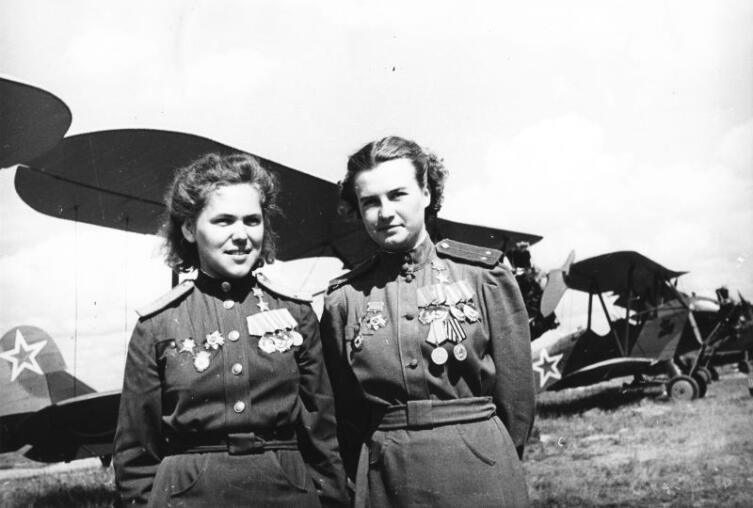 Советские летчицы из женского 46-го гвардейского ночного бомбардировочного авиаполка, Герои Советского Союза Руфина Гашева (слева) и Наталья Меклин (Кравцова) у самолетов По-2