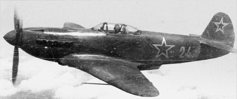 Истребитель Як-3 №24 младшего лейтенанта Жак Андре полка «Нормандия-Неман» в полете
