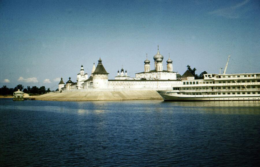 Вид на Макарьевский монастырь с Волги. Конец 1980-х гг.