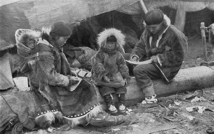 Семья эскимосов в парках