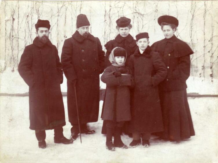 Константин Мельников (второй справа) с семьей В. М. Чаплина (второй слева). 1904 г.