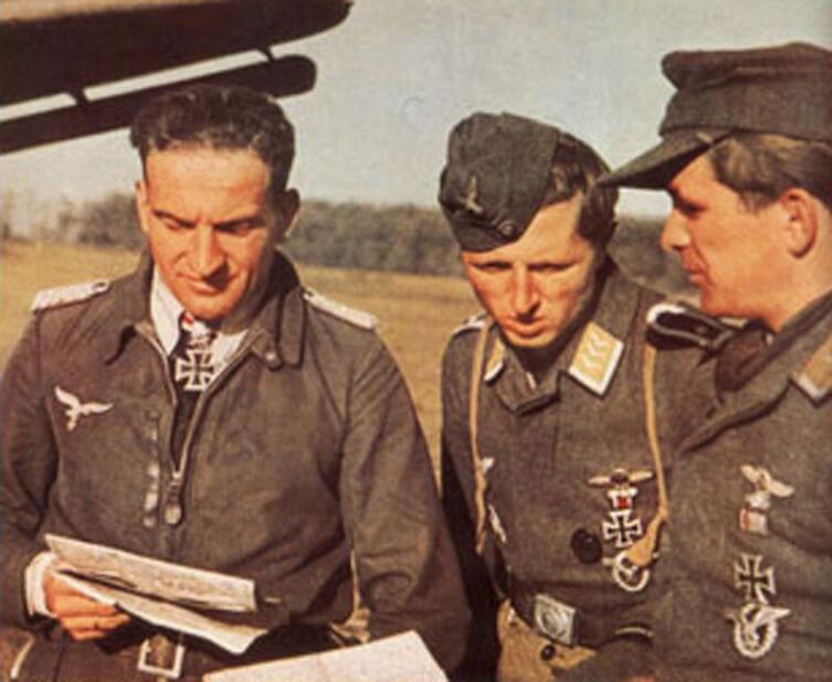 Ганс-Ульрих Рудель крайний слева