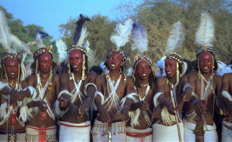 Конкурсанты из этнической группы водабе поют и танцуют, выставляя напоказ белизну своих глаз и зубов. Нигер. 1997 г.