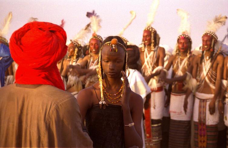 Девушка водабе скромно судит конкурсантов на фестивале гереволь. Нигер. 1997 г.