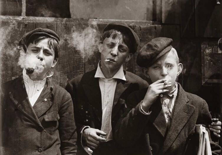 Дети курят по дороге на работу, 1910 г.