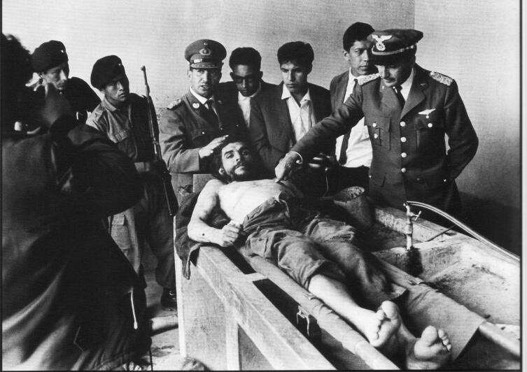 Боливийские военные вокруг тела погибшего Эрнесто Че Гевары