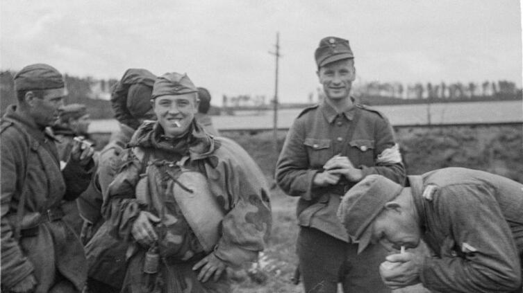 Советские и финские бойцы курят на линии разграничения на острове Сорвали (Sorvali; сейчас Гвардейский) в Выборге после начала действия соглашения о прекращения огня