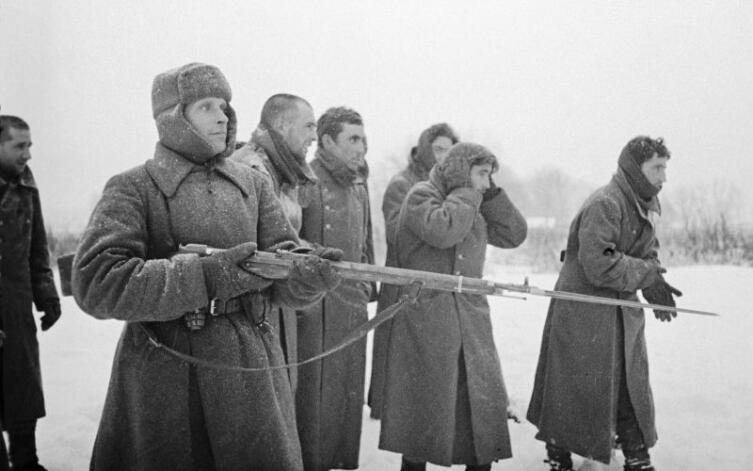 Пленные испанцы из состава 250-й пехотной дивизии вермахта под конвоем красноармейца
