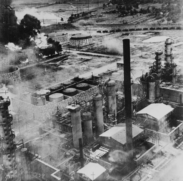 Горящие резервуары на нефтеперерабатывающем заводе в Плоешти после налета американских бомбардировщиков