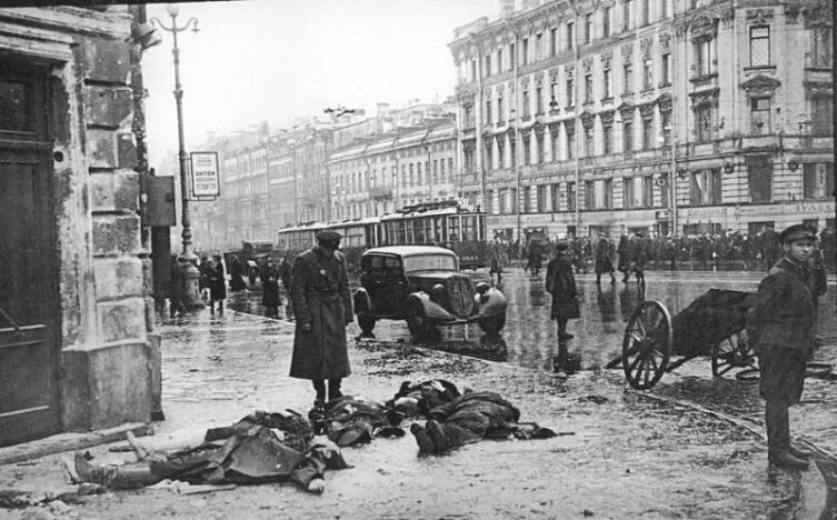 Угол Невского и Лиговского проспектов. Жертвы первых обстрелов города немецкой артиллерией