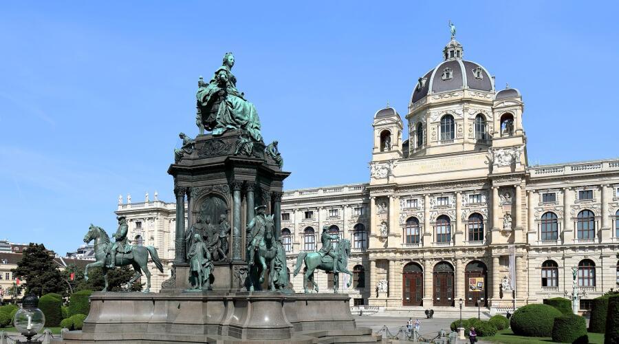Памятник Марии Терезии на фоне Музея естествознания на площади её имени в Вене