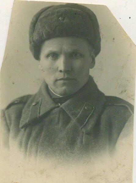 Надпись на обороте снимка: «на долгую память любимой мамаше. Шура. 17.04.1943 г. (похоже, ещё Волховский фронт)