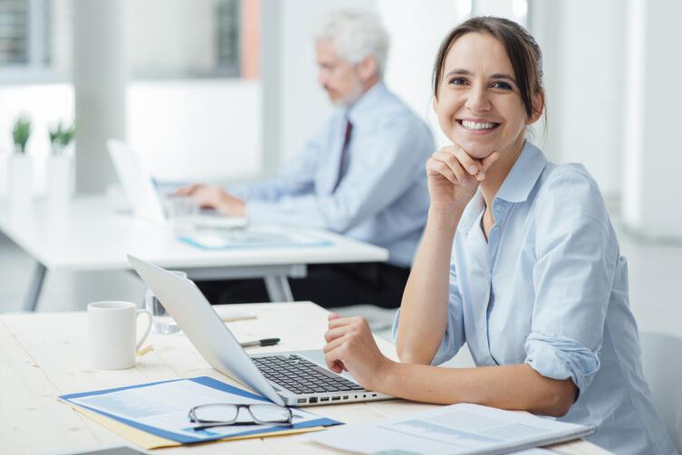 Ни минуты простоя: какие упражнения можно выполнять за рабочим столом?