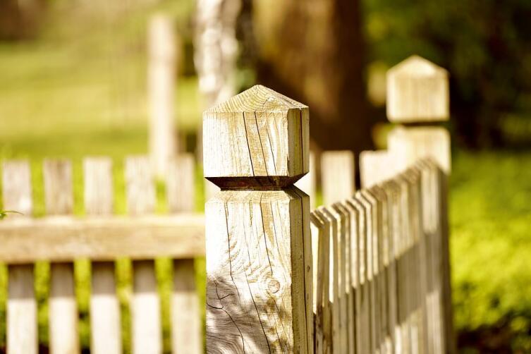 Как осветлить потемневший деревянный забор на даче?