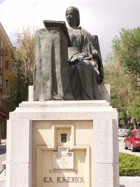 Памятник Беатрис Галиндо в Мадриде