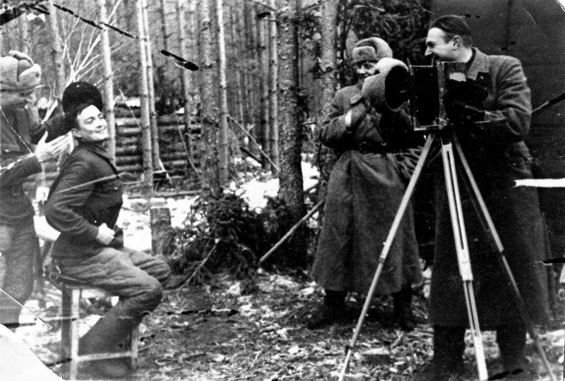 Авторское название фото: «В фото ателье», март 1943 г.