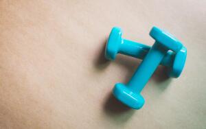 Какие простые упражнения с гантелями можно выполнять дома?