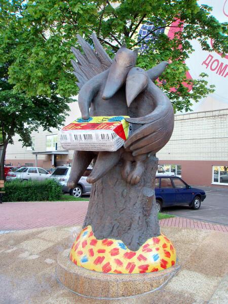 Скульптура героев басни Ивана Крылова «Ворона и Лисица», помирившихся благодаря знаменитому плавленому сырку