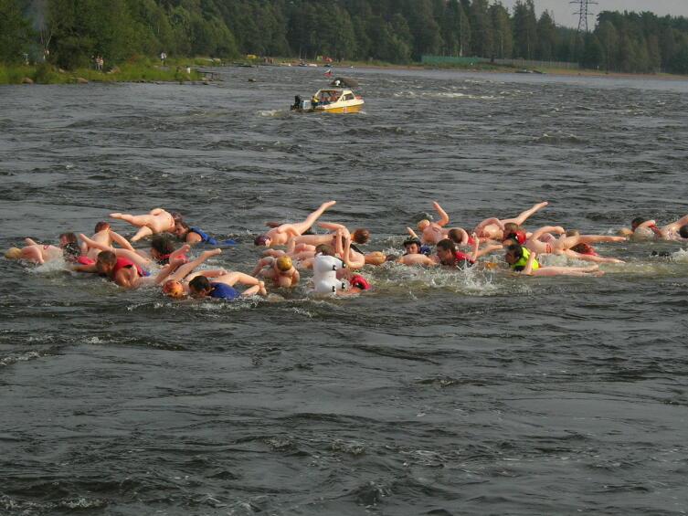 Участники сплава с надувными секс-куклами