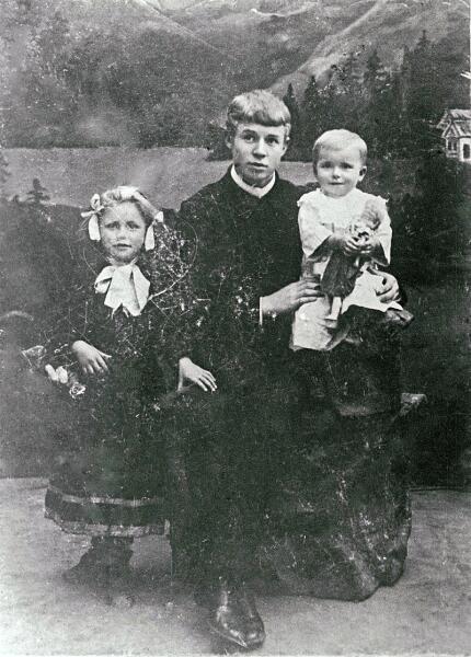 Сергей Есенин с сёстрами Катей и Шурой. 1912 г.