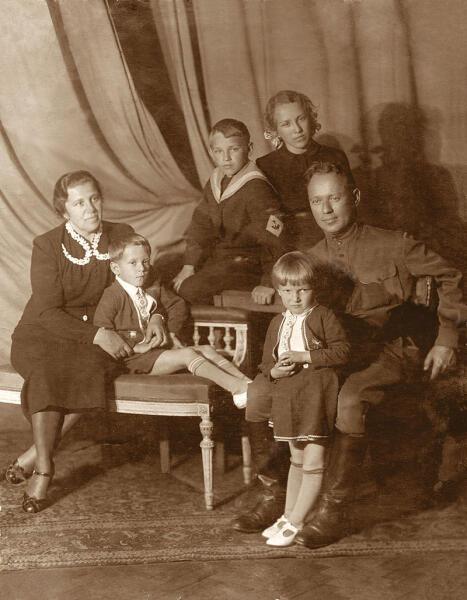 Семья М. А. Шолохова (апрель 1941 г.). Слева направо: Мария Петровна с сыном Мишей, Александр, Светлана, Михаил Шолохов с Машей
