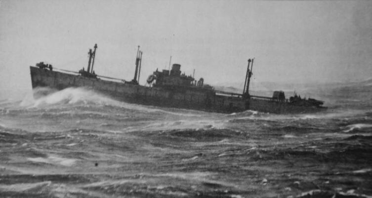 Американский транспорт типа «Либерти» из конвоя RA64 идет через штормовую Арктику