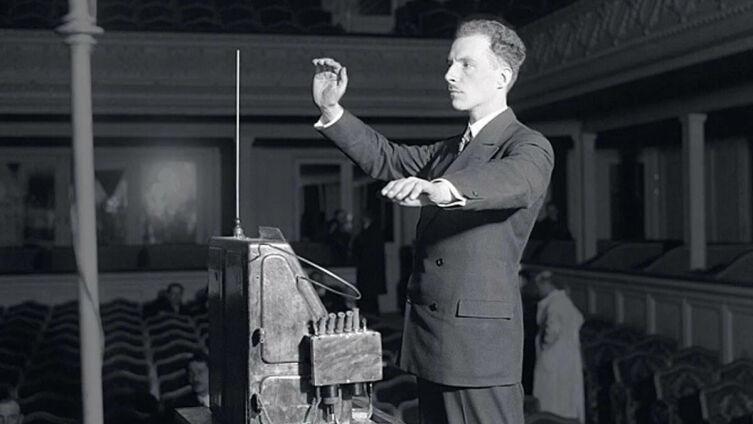 Лев Термен играет на терменвоксе