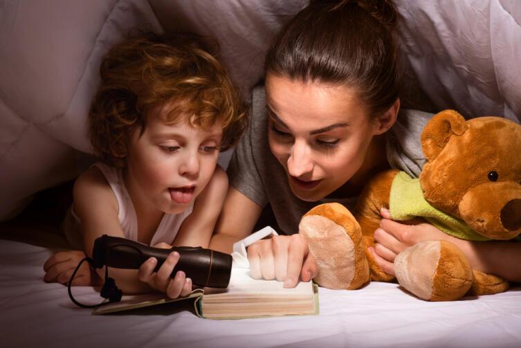 Волшебная сила сказок: зачем читать ребенку перед сном?