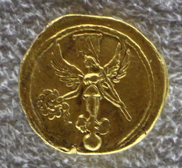 Один из вариантов реверса золотого квинария Августа, отчеканенного в Колонии Патриция (Кордова). Монета экспонируется в Национальном археологическом музее Флоренции