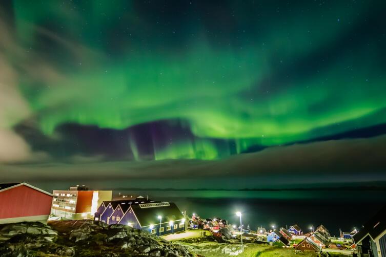 Северное сияние над столицей Гренландии городом Нуук